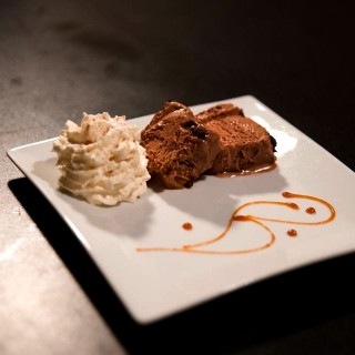 Bûche revisitée avec son Caramel fondant, glace chocolat noir du Vietnam, chocolat au lait Jivara et streusel cacao sésame noir