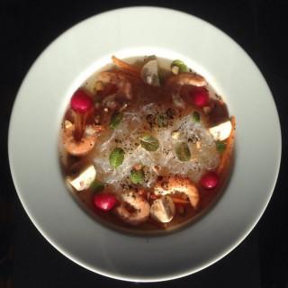 Bouillon de crevettes, nouilles chinoises, champignons et noisettes