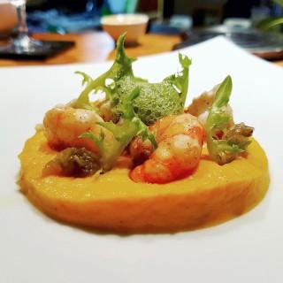 Camarons à la Vanille de Tahiti, velouté de carotte au cumin