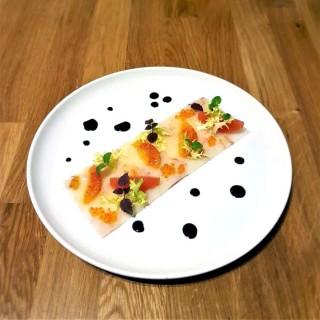 Carpaccio de langoustines, suprêmes de pomelo et orange sanguine, œufs truite et vinaigrette sésame.