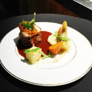 Cochon de La Ferme de Caillouet braisé au cidre, crémeux de pommes de terre au wasabi, céleri, carottes et pâtisson façon grand-mère et une touche de roquette