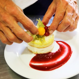 Bavarois exotique coco, mangue-citron vert, genoise, feuillantine chocolat blanc, coulis de fruits rouges