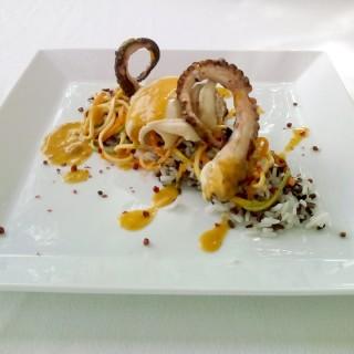 Calamars et poulpes grillée, riz sauvage et bisque de homard