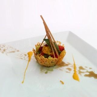 Mesclun de salade en coque de parmesan