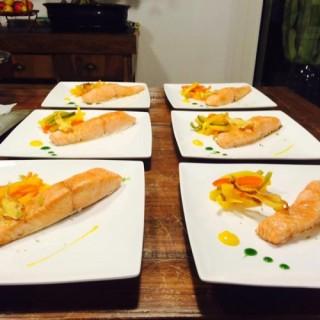 Saumon confit au soja, cru / chaud de poivrons
