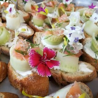 Roulé de concombre en Pinxos, crème à l'aneth, saumon et fleurs comestibles