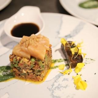 Tataki de saumon, carré au quinoa et légumes croquants