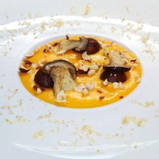 Velouté de potiron, cèpes, noisettes et marrons