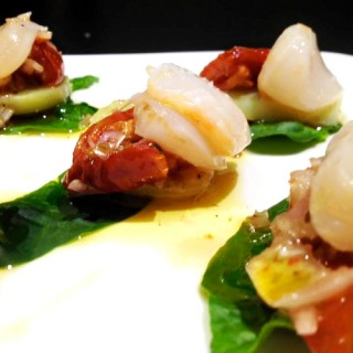 Salade de Saint-Jacques marinées, tomates confites, pommes de terre, pousses d'épinards