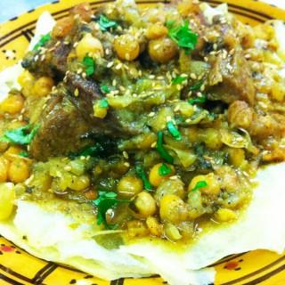 Tride, plat traditionnel composé de feuilletées et farce de veau et agneau, pois chiches, raisins secs, safran