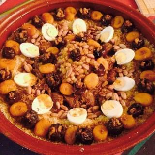 Couscous de veau aux pruneaux farcis aux noix, abricots caramélisés et amandes grillées