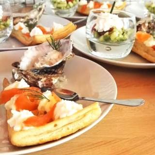 Tarte au saumon et crème, verrines avocats et allumettes
