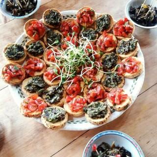 Bruschettas apéritives, tartare d'algues et de tomates