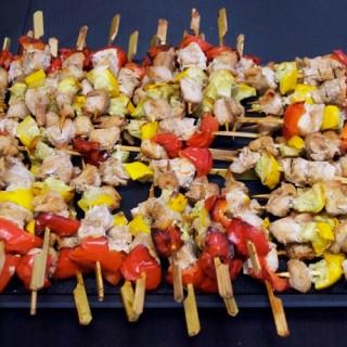 Méli-mélo de brochettes de poulet mariné