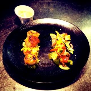Saint-Jacques rôties sur fondue de poireau et légumes bio croquants