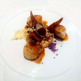 Tarte fine de Saint-Jacques juste saisies, compotée de tomates et mini-légumes, croustillant de speck du Piémont, réduction de crustacés