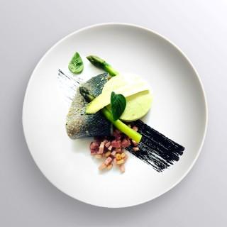 Bar confit, huile de sésame, asperges vertes, tartare de jambon Vendéen et pignons de pin
