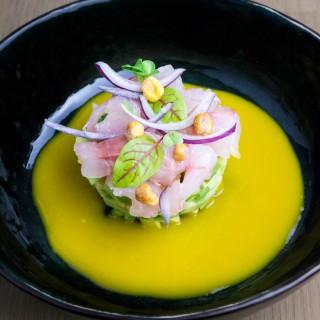 Ceviche de dorade au sel de Guérande, avocats au citron vert, « lait de tigre » à la mangue et aji amarillo, maïs soufflé croustillant, oignons rouges.