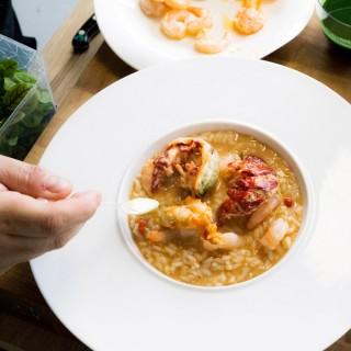 Risotto de crustacés, homard bleu de Bretagne, crevettes d'eau chaude, chantilly de ciboulette, poivre timut et pousses d'herbes