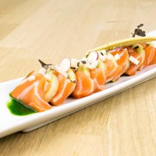 """Tiradito de saumon bio mariné à la cachaça, patate douce blanche, duo de radis rouge et noir, """"leche de tigre"""" végétal à l'ail des ours et fanes de carottes, maïs bébé tendre, jeunes pousses de shiso pourpre"""
