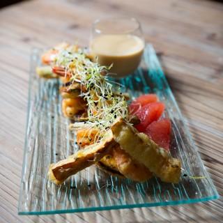 Tempura de gambas et légumes, crème d'agrumes