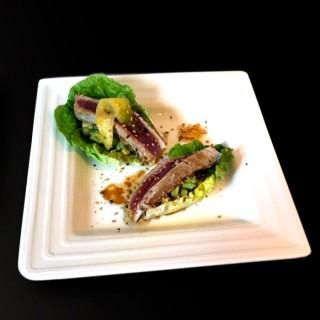 Salade de tataki de thon rouge, guacamole revisité et sésame
