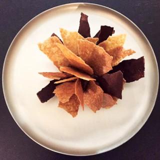 Ganache au chocolat, tuiles de chocolat de Sao Tomé et principe et tuiles de sucre de canne