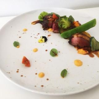 Magret de canard au miel et soja, mousseline de patates douces et légumes glacés à la créole