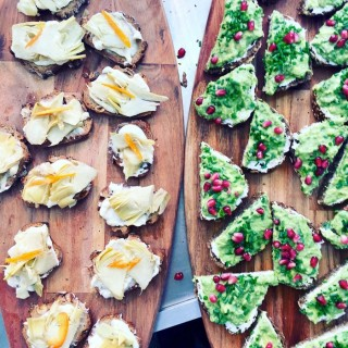 Toasts gorgonzola, artichauts, kumquat & toasts fromage frais aux herbes, avocat, grenades