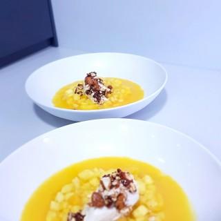 Velouté de mangue, tartare de fruits exotiques et boule vanille avec ses éclats d'amandes caramélisées
