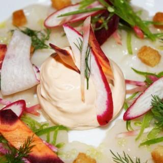 Carpaccio de Saint-Jacques, mousse d'oursin et citron caviar, légumes croquants