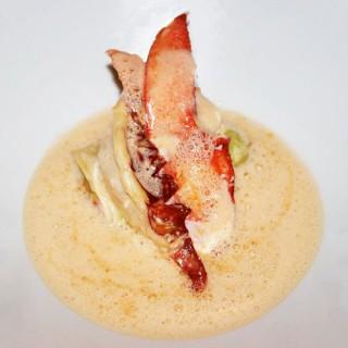 Homard breton au beurre de pamplemousse, roulé de poireaux, bisque en émulsion