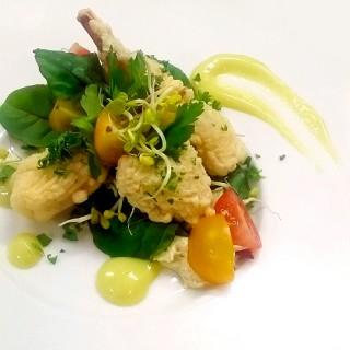 Tempura de cuisses de grenouilles, wasabi & jeunes pousses