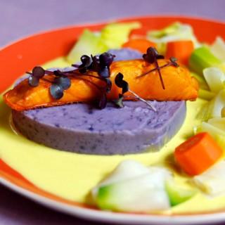 Haddock fumé, écrasé de pommes de terre, légumes de saison vapeurs & émulsion curry