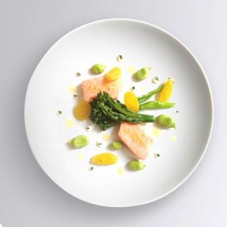 Saumon confit à l'huile d'olive brocolis de Provence fèves et asperges crème à l'estragon
