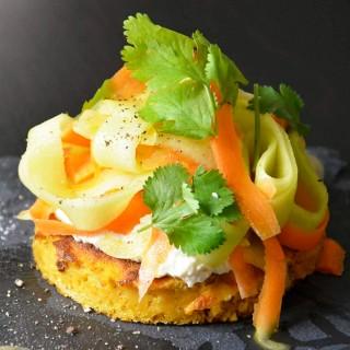 Pappardelle de concombre et carotte sur un blini de patate douce et bière blanche nappé de ricotta de cajou aux fines herbes