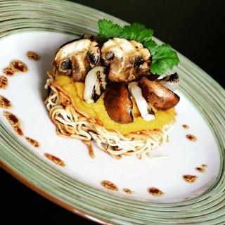 Tarte bo bun aux nouilles croquantes, champignons et oignons grillés