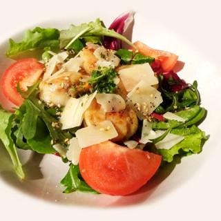 Salade de noix de St-Jacques poêlées, parmesan et vinaigrette sésame, pavot