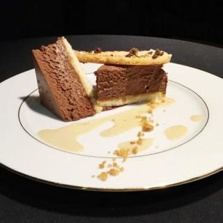 Royal chocolat, crème anglaise au calvados, tuile croquante aux châtaignes
