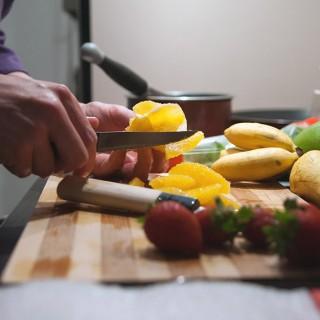 Préparation de la salade de fruits