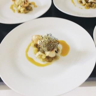 Brochette st jacques, fenouil au miel, tuile encre de seiche, réduction orange crustacé