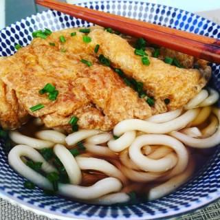 Kistune Udon, Bouillon pour Udon léger à base de Dashi avec une tranche de Tofu frit mijoté dans du soja sucré