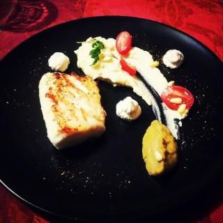 Merlu, Purée de céleri, caviar d'aubergine et ricotta, pignons de pain