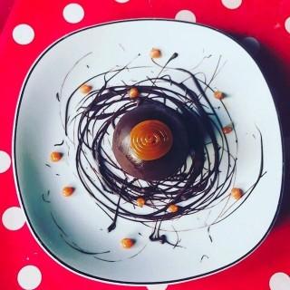 Sphère chocolat coeur surprise, mousse poire, caramel beurre salé