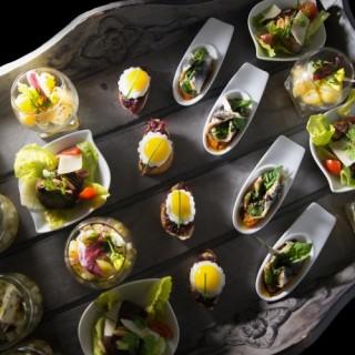 Plateau cocktail : Tartine confiture d'oignon et oeuf de caille/ sardine farçie, tomate concassée vinaigre balsamique / verrine pomme de terre, endive moutarde à l'ancienne, salade de foie de volaille / tartare de céleri, poire et fourme d'ambert