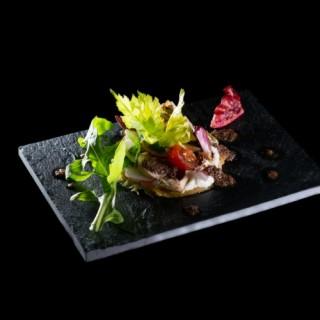 Tarte fine au caillé de brebis / légumes croquants de saison / tapenade et huile d'olive basilic