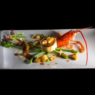 Foie gras confit au naturel, salpicon de homard / haricot vert, girolle, vinaigrette au crustacé / cerfeuil, pousses d'épinards