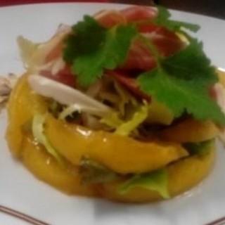 Jambon Serrano aux pommes caramélisées, Sauternes, des amandes grilles et salade frisée