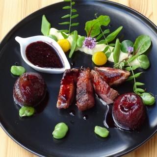 Magret de canard aux figues, fèves, haricots et sauge