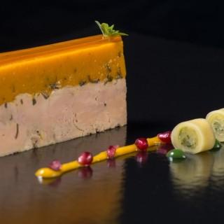 Foie gras mi-cuit à la mangue, sushi de papaye verte